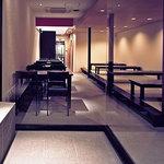 牡蠣屋 - 一階奥の部屋。テーブル席とお座敷。ご家族やお子様連れの方などゆっくりくつろげます。