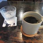 蕎麦 茶のみ処 カワイ - コーヒー(水のグラスのコースターが粋)
