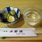 115512873 - 突き出し(タコと若布の酢味噌和え)、地酒(紫枡)800円(税込)