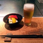 ホルモン焼 婁熊東京 - ビールとお通しの自家製ピクルス