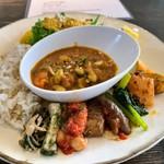 世田谷クミン - ビーガンプレート 小さなポーションのお料理を13種類乗せてくださっているそう。メニューと見比べながら野菜とスパイスの組み合わせセンスにうなる。どれもこれも野菜の旨味。