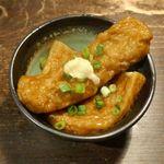 牡蠣と燻屋 かつを - お通しのおでんには優しい出汁の風味が染みている上に、刺激的な辛味が効いた生姜が乗ってお酒を誘うウマさ!