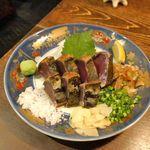 牡蠣と燻屋 かつを - 「いぶし かつをの塩タタキ 」1480円は、分厚く食べごたえも最高!身からは燻した風味と、戻りかつお風に脂が乗ってウマー!