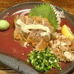 牡蠣と燻屋 かつを - 「サーモンのユッケ」は、オイリーかつ分厚いサーモンの身にマヨベースのソースが効いて美味しさパワフル!