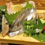 牡蠣と燻屋 かつを - 甘味と脂の旨味が効いた「秋秋刀魚刺し」780円でシメて食事終了!北千住に詳しい人の導きも相まって美味しい夜飯が楽しめました!