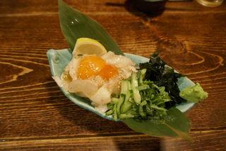 牡蠣と燻屋 かつを - まずは、「炙りエンガワの塩ユッケ」780円をオーダー。オイリーなエンガワに野菜や黄身の風味が絡んでさっぱりと旨味濃いしでお酒がススムウマさ!