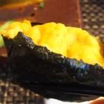 玄海鮨 - ウニ様です  キュウリがのってましたが  スペース稼ぎではありません  御覧の通り  そして  これが ムチャウマです
