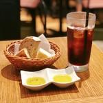 ル バー ラ ヴァン サンカンドゥ アザブ トウキョウ - ワンドリンク(アイスコーヒー)、お通しのパンとオリーブオイル