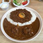 喫茶うずら - 定番チキンカレーと鹿肉キーマカレー の 合いがけカレーライス  ¥990