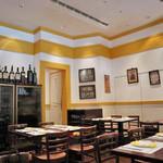 ファロ デル ポニエンテ - 店内は、黄色一色