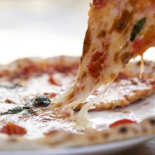 釜で焼き上げる香ばしいピザ♪