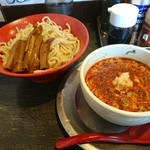 勢拉 - つけ麺(中盛・極太黒メンマトッピング、辛味増し、ネギ増し)胡椒、一味唐辛子、おろしニンニクいっぱい