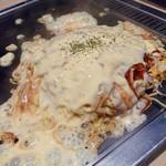 広島鉄板焼 万八 - もちチーズのお好み焼き
