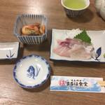 まるは食堂旅館 - 刺身は鯛とハマチ、付出しは甘エビ煮物