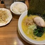 Yokohamaramenouka - 塩ねぎらぁめん820円 ライス小100円
