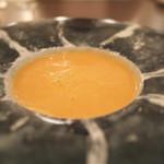 ボニュ - 殻もミキサー粉砕してすべてが凝縮されたオマールのビスクスープ。水と塩のみを加えて飲み終えたあとスープでなくオマールそのものを頂いた感覚。