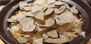 馳走 啐啄一十  - (23)夏トリュフご飯(プレーン)、ずわい蟹入り、初イクラ掛け このレシピの原形は30年前(バブルの頃)にTV企画で渡伊した時、イタリアンを食べ飽きたスタッフの為に遊び心で作ったものだそう