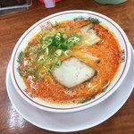 ラーメン大吉 - 赤いスープの辛いラーメン「赤とんこつ」(620円)。