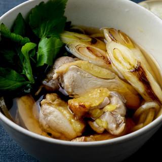 料理人の熟練の技が凝縮された風味豊かな手打ち蕎麦。