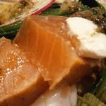 シャントレル - あちきの前菜 タスマニアサーモン 瞬間燻製 温泉卵添え 断面アップ