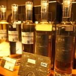 紅櫻蒸溜所 - ドリンク写真:ボトルやラベルもお洒落。