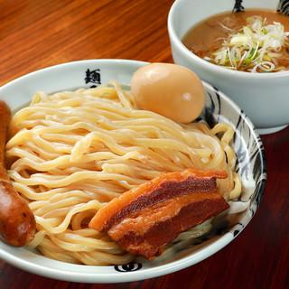 スープは鶏ガラと豚骨を主体とした、ダブルスープ