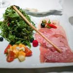 ジャッジョーロ銀座 - パルマ産18ヵ月熟成生ハム、 サラミ、 モルタデッラ。  名物15種類のハーブサラダ。 塩胡椒、オリーブオイル、バルサミコで。  桃、マンゴー、チェリートマト、ブリアサヴァラン