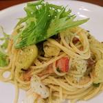 ビストロ アン ファミーユ - 料理写真:ベーコンと海老、茄子のジェノバソースパスタ