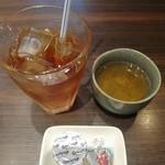 牡蠣と魚 海宝 - この時期、朝夜は温かいお茶 昼は温かランチに冷たいお茶がまだまだ美味しい(^^)アイスティーの氷をかき回した音が綺麗なのは氷の大きさ?グラスのおかげ?
