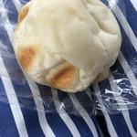 115709018 - 中にはクリームチーズがたっぷり!!ふわふわのパンはパンというより皮??130円とリーズナブル♡