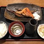 ichiyaboshitokaisendondekitateya - ごちそう三種 定食
