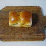 南の麦 - カレーパン(180円):2種類のカレーの焼きパンタイプ