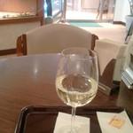11572983 - ハウス白ワイン330円。