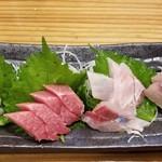 かっぱ屋 - 料理写真:刺身盛り合わせ 白身魚にも鮪にもしっかり脂が乗り旨かった♪