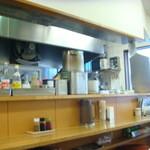 華隆餐館 - ご主人が刀削麺を削り、奥さんが配膳していました。