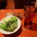 dining & bar ESTADIO - サラダとウーロン茶