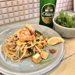 旅人シェフのタイ食堂 KHAO -  パッタイ(エビと野菜の炒め米麺)