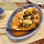 旅人シェフのタイ食堂 KHAO -  イカとハーブのレッドカレー
