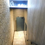 焼肉 じゅん - 外観写真:階段を降りたら店舗