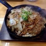 焼そば専門店 突貫亭 - 太麺、醤油、いか1、えび1、野菜大盛