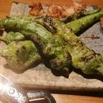 115743698 - 甘長唐辛子焼き、2本で380円(税別)甘いか辛いか運次第なんて言っていたが、全て良い風味と食感。