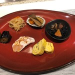 集会 - 蝦夷鮑とあわび茸、切干し大根、茄子のお浸し、三河地鶏ささみの霜降り、黒トリュフ入りだし巻き玉子、ひじきの煮物