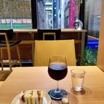 HARIO CAFE - 窓の外には金子半之助さんの行列が見えます