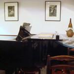 ごでん屋 - グランドピアノが置いてあります
