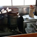 きらく - カウンター前の調理場。