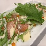 鮨と肴と日本酒 涛〃 - 京水菜と炙りサーモンのカルパッチョ風燻製醤油仕立て
