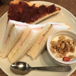 カフェ サルーテ - 無料のモーニングサービスのサンドイッチとプラス150円の小倉トースト