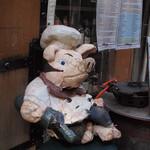 南部鉄酒場 豚バルBYO - 店の前には豚さんが座ってます