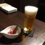 115791044 - 生ビールとお通しの馬刺しユッケ