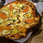 ビクトリア - 薄い生地にたっぷりのチーズに様々なトッピングのパリッとしたピザです。